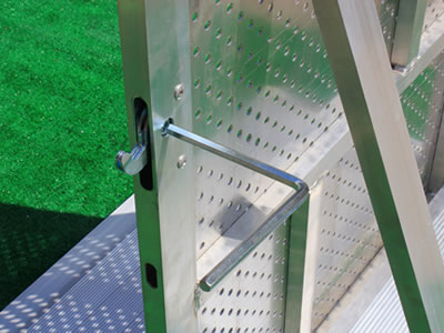 We can see the inner lock mechanism of the aluminum stage barrier.