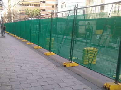 The shade cloth is fixed on the temporary fence, they serve as the barrier for construction sites.